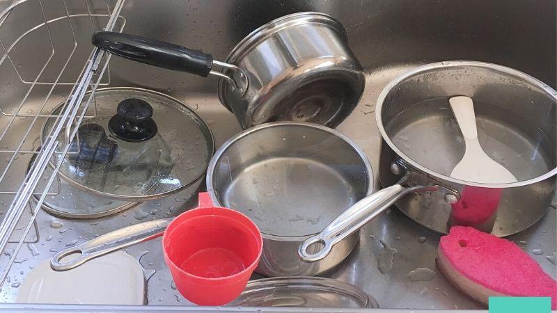 【画像】キッチンの片付けステップ4の鍋を洗う写真
