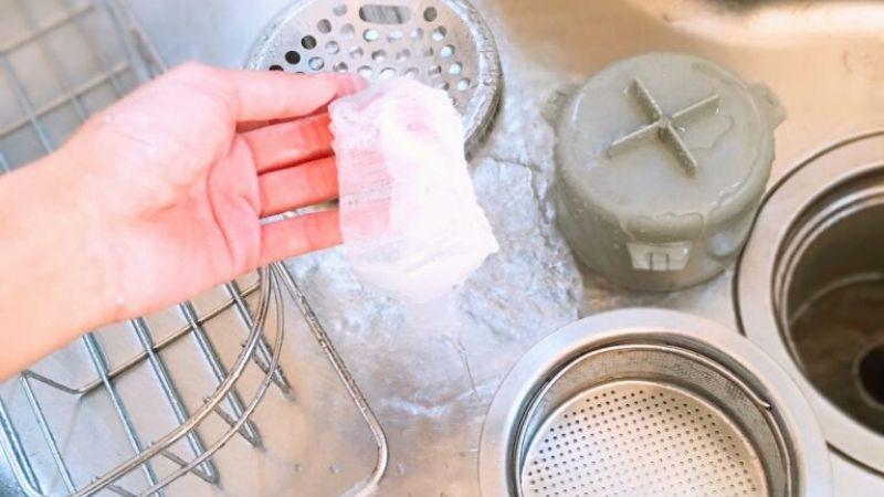 【画像】キッチンの排水溝を洗う写真