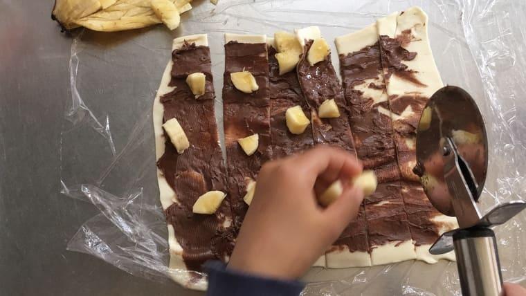 【画像】計らないお菓子作り(偽パイの実)バナナを乗せる