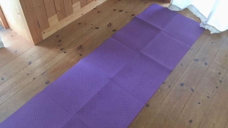 【画像】たためる&洗えるヨガマットを床に置いたところ